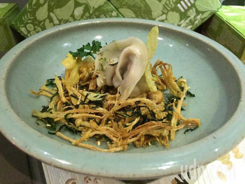 台灣蔬食連鎖餐廳「寬心園」攜手冷凍水餃品牌,共同推出「植物肉手藝餃」,以「一顆餃子一道菜」的創意發想,兼顧健康與美味享受。記者余采瀅/攝影