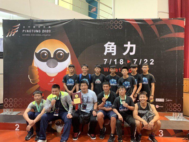 東石高中榮獲高男組團體賽第四名合照。圖/縣府提供