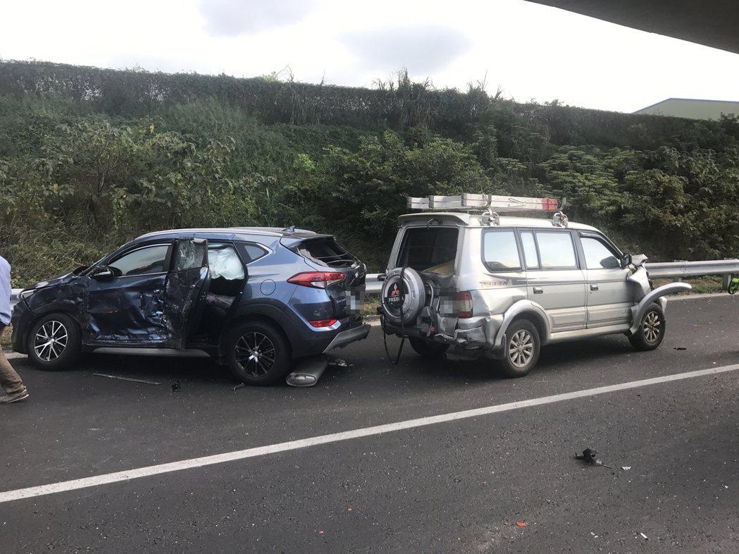 第二、三輛轎車與休旅車部分受損,其中休旅車兩人送醫無大礙。記者柯毓庭/翻攝