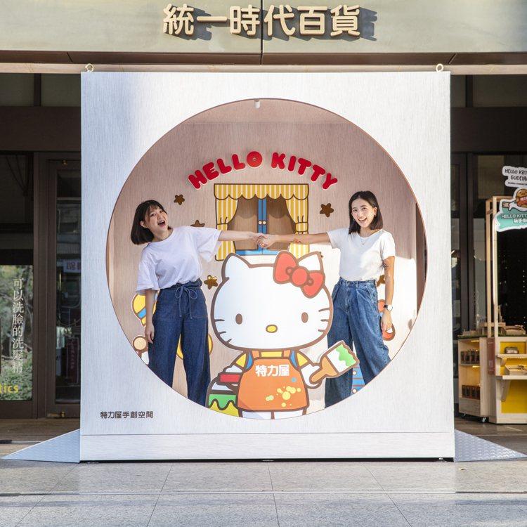 特力屋手創空間即日起至8月2日在統一時代百貨大門打造2米5的HELLO KITT...