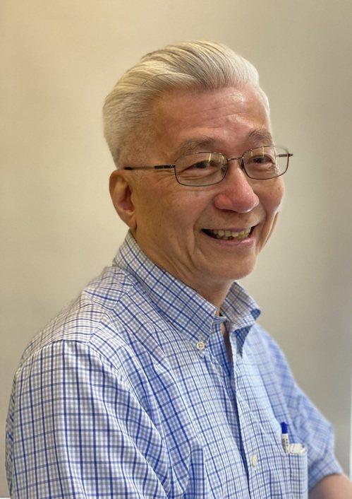 王乃弘一頭帥氣的銀白,在親友間收穫無數稱讚,也讓他學會欣賞自己的「老」樣子。圖/光田綜合醫院提供