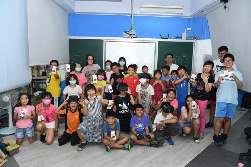 中鋼全能智慧王夏令育樂營的學子們體驗VR科技後,同學們滿足的笑容(圖/中鋼公司提供)