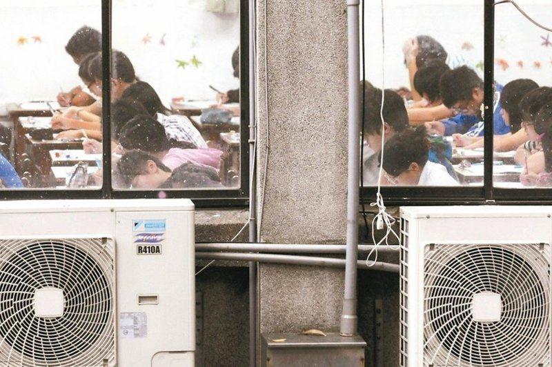 行政院長蘇貞昌宣布兩年內中小學教室全面安裝冷氣,但因應高溫氣候、植樹綠化與建築改良等議題,看不到政府更高層次的改善校園環境的企圖心。 圖/聯合報系資料照