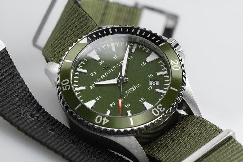 綠色表圈搭配綠色尼龍表帶的Hamilton Khaki Navy Scuba潛水表,輕便、專業,且充滿軍事風格。圖 / Hamilton提供。