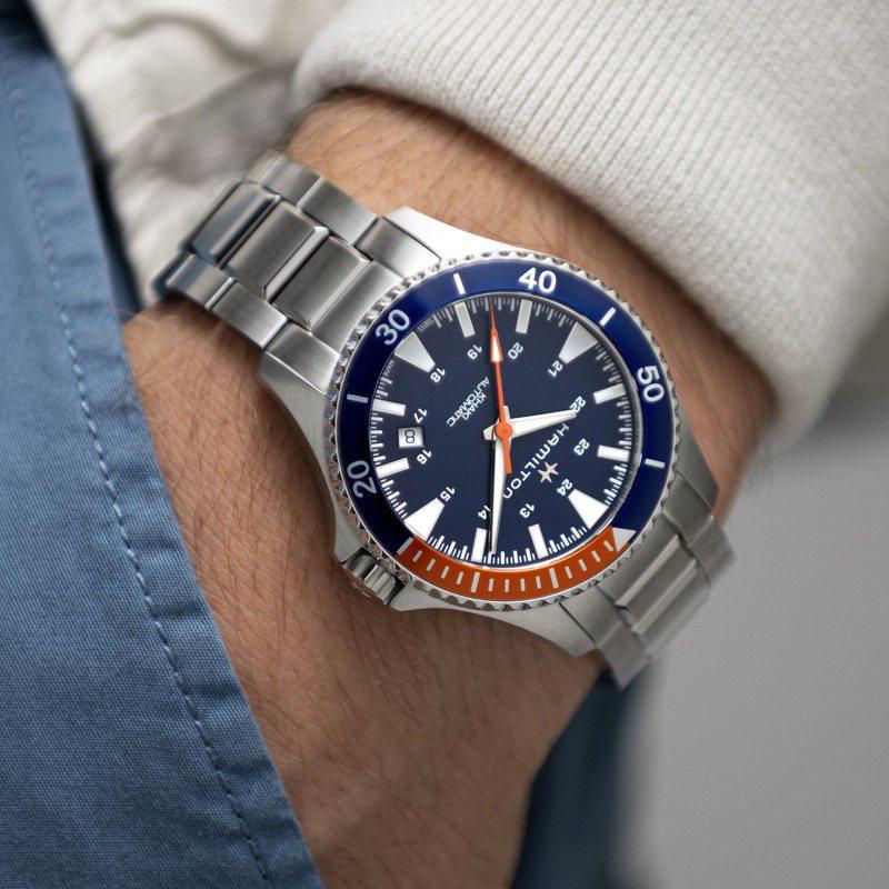 藍、橘雙色表圈的H82365141,大面積的藍色主視覺,是近年腕表設計主流。圖 / Hamilton提供。