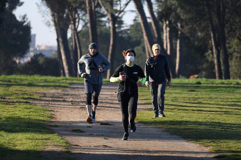 擔心新冠病毒透過飛沫傳染,世界各地都有人在戶外戴著口罩慢跑。路透