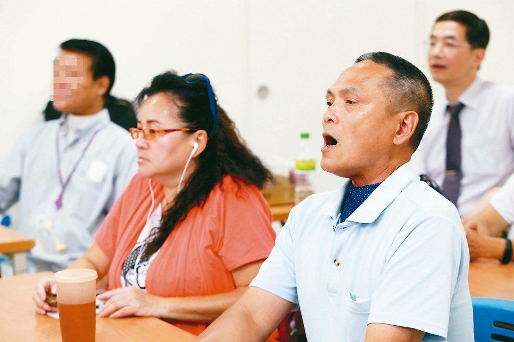 病友邱慶輝(右)努力學發聲。 記者邱德祥/攝影