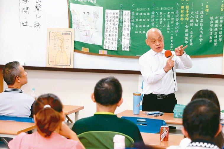 中華民國無喉者復聲協會老師鄭永福教導新進學員發聲。記者邱德祥/攝影