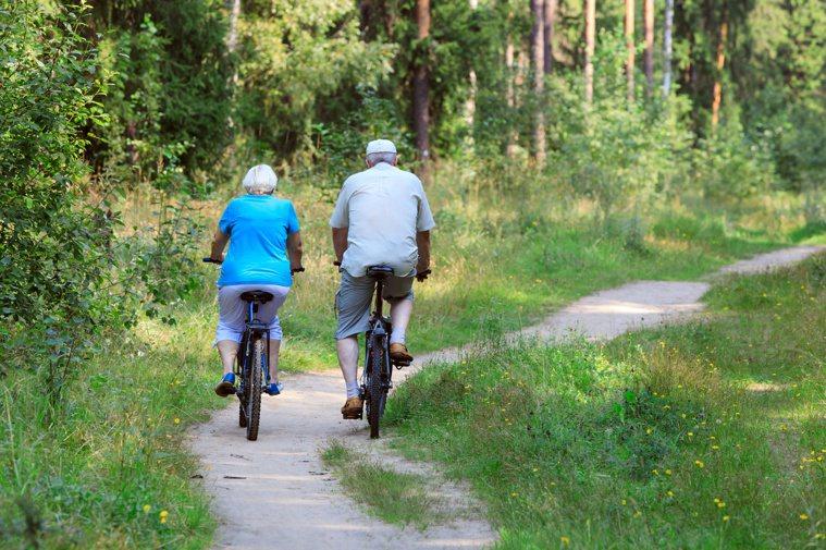 躲到附近公園、徒步穿越樹林或在湖邊度周末,都可降低壓力水平。圖/123RF