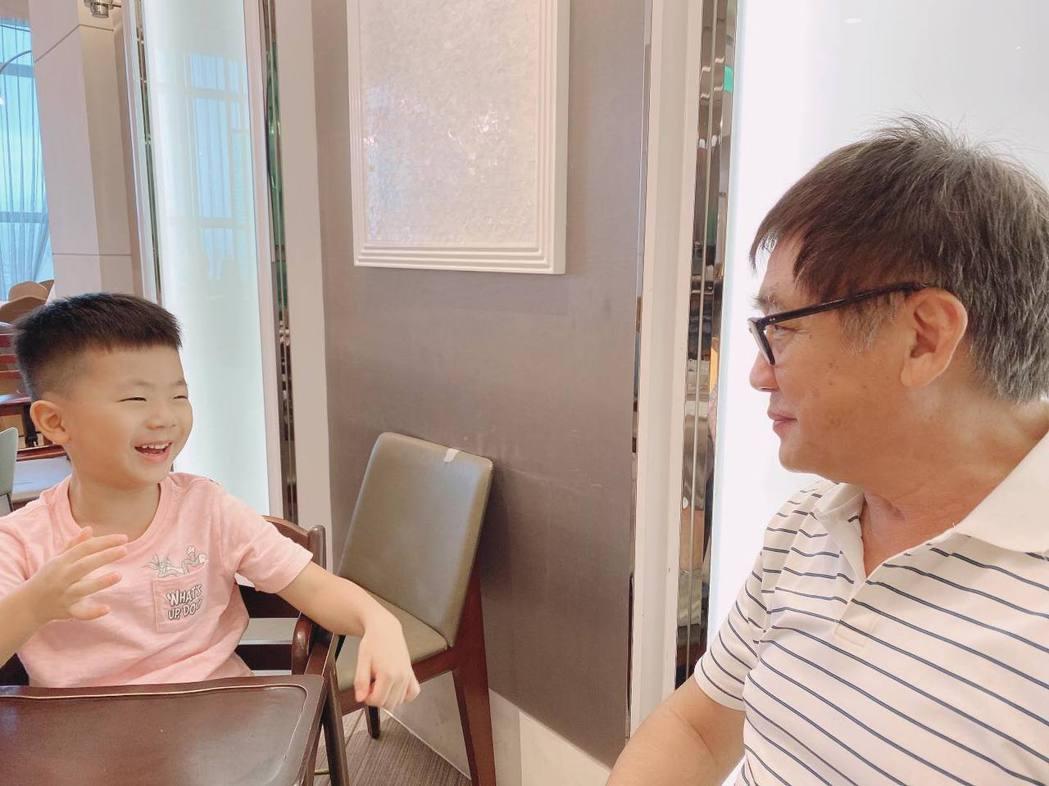 梁修身(右)跟孫子相處的方式,是梁赫群從未感受過的。圖/梁赫群臉書