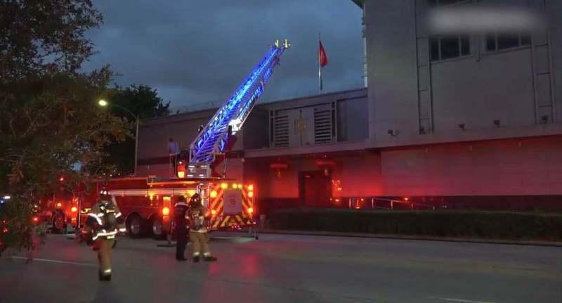 美國突然要求中國大陸駐休士頓總領事館72小時內關閉,總領事館火燒機密文件,讓休士頓當地政府派出消防車想進入滅火未果。圖/取自新浪新聞