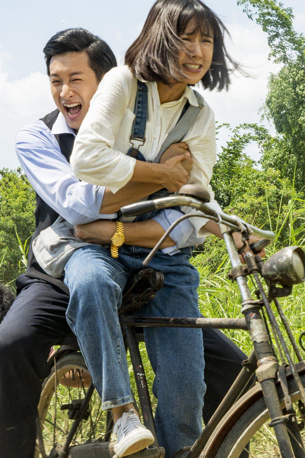 邱凱偉(左)襲胸大元。圖/三立提供