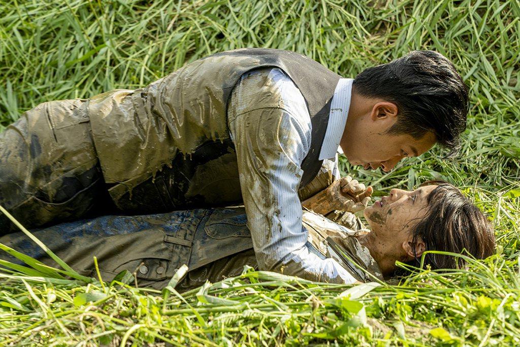 邱凱偉(左)和大元滾泥巴大戰。圖/三立提供