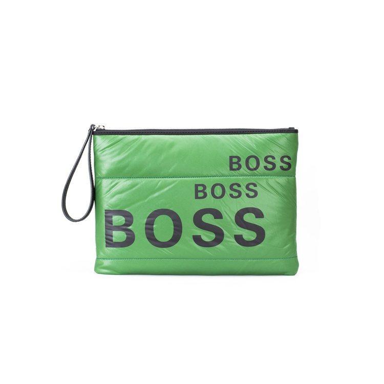 明亮的綠色尼龍手拿包印有BOSS字樣,展現不為季節壓抑的輕快活力。圖 / BOS...