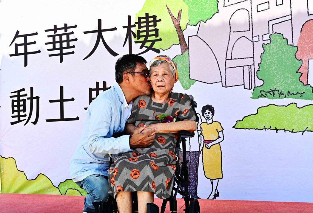 李宗盛(左)昨天帶著96歲媽媽出席花蓮長照整合服務及人才培育中心動土儀式,獻吻媽
