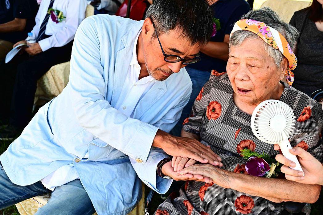 李宗盛牽著媽媽的手,一起為公益獻愛。圖/相信音樂提供