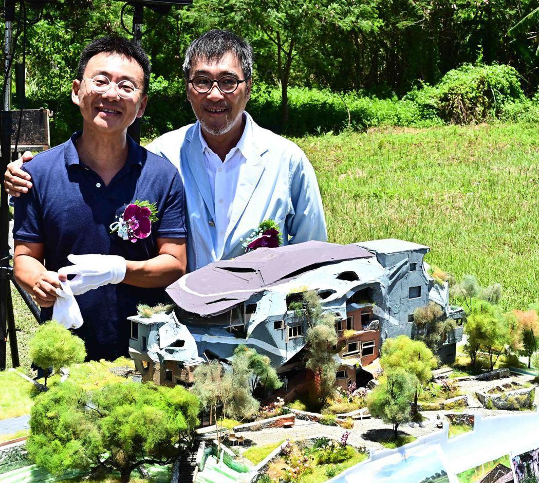 李宗盛(右)與建築師黃聲遠合影。圖/相信音樂提供