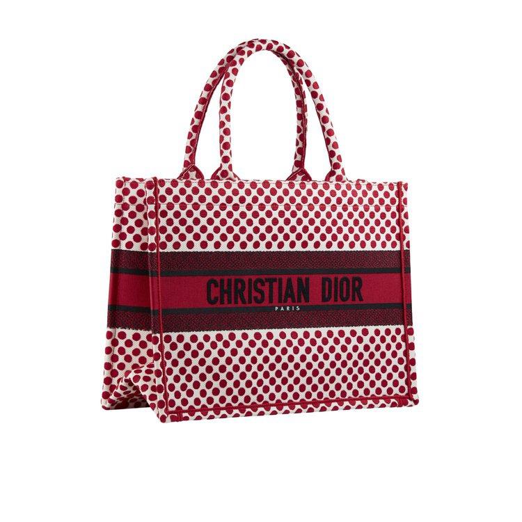 瘦子以務實角度覺得送女友很可以的Dioramour紅色波卡圓點刺繡帆布托特包。圖...