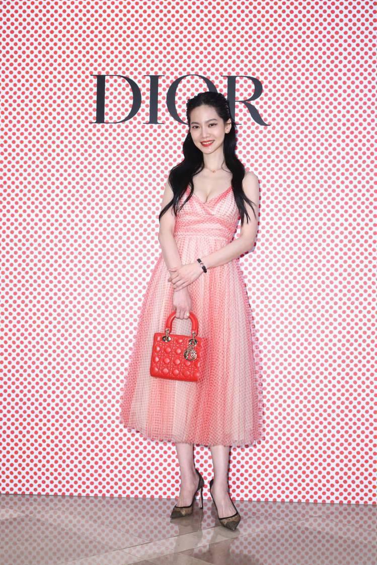 曾之喬穿性感俏皮的Dioramour紅色波卡圓點薄紗洋裝35萬元、羅盤玫瑰紅色真...
