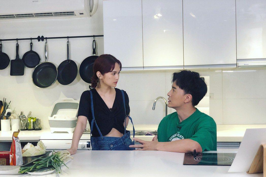 鄭元暢的「不專業廚房」請來從未下過廚的好友楊丞琳,2 人皆不擅廚藝,過程笑料不斷...