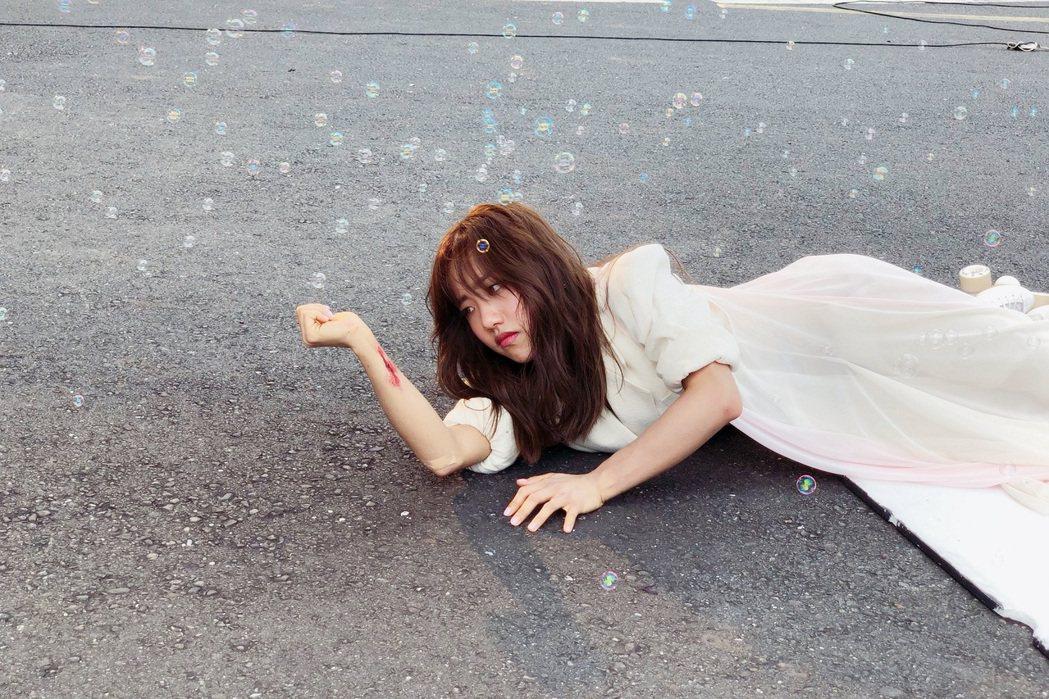 蔡佩軒為拍MV摔倒到腿軟。圖/索尼提供