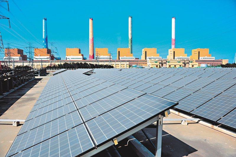 連日氣候炎熱,用電創新高。尖峰時刻光電扮演重要供電角色。圖為台中電廠太陽光電設施。圖/台電提供