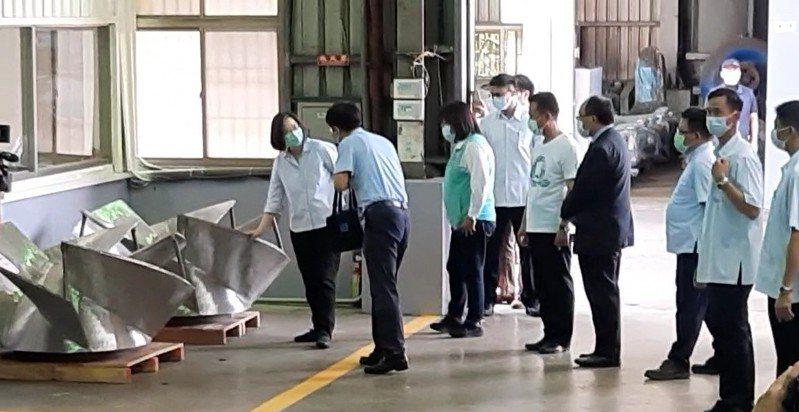 蔡英文總統(左一)昨天造訪嘉義縣民雄鄉三太造機廠,了解全台最具規模的工業級離心式泵工廠。記者陳玫伶/攝影