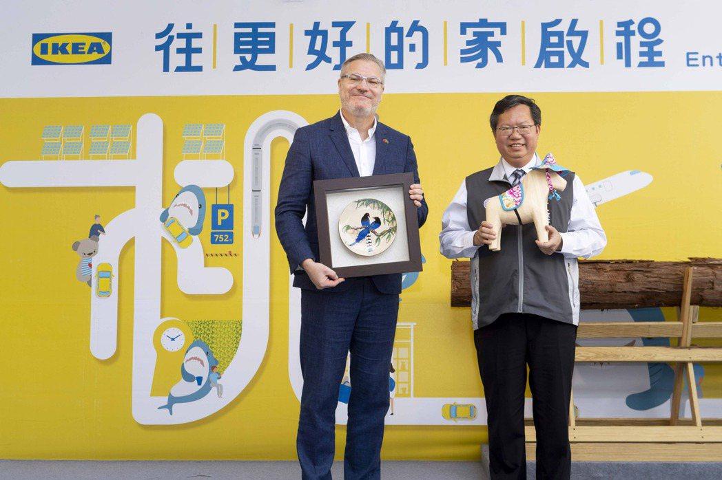 IKEA宜家家居集團董事凌思卓(左)及桃園市長鄭文燦(右)23日出席IKEA桃園...
