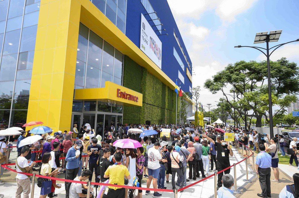 IKEA桃園店正式開店前,近百位排隊,第一位消費者於8:30開始排隊,陸陸續續近...