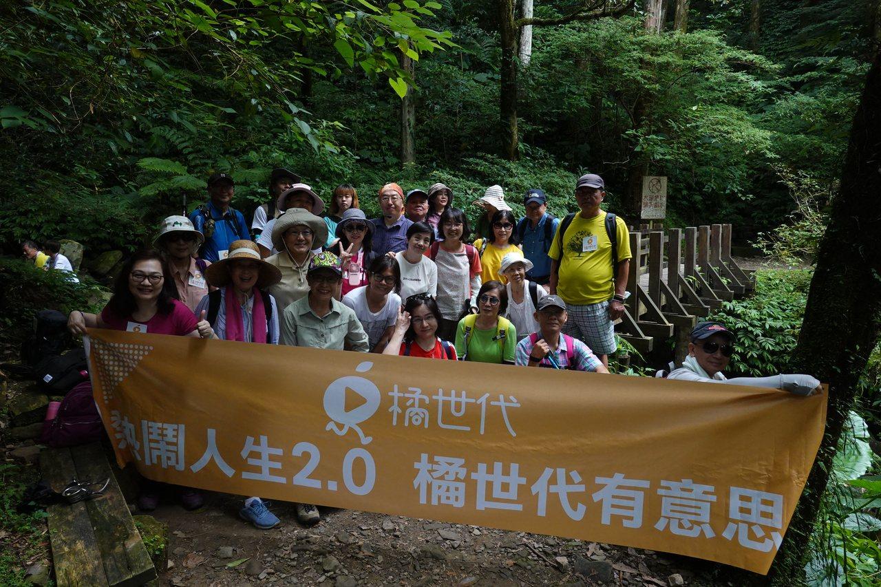 參加東滿步道手機攝影課的學員,從登山中學習攝影技巧,收穫滿滿。記者曾吉松/攝影