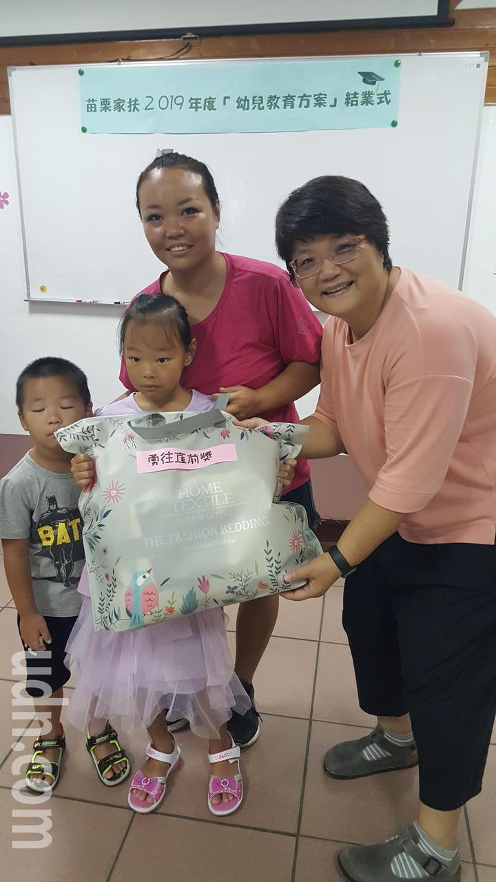 苗栗家扶每年開辦的兒童教育方案課程,今天上午結業,親子開心地領獎。記者胡蓬生/攝影
