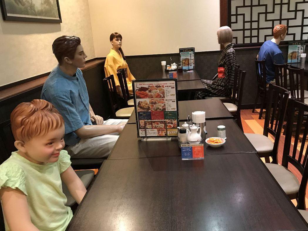 東京北區赤羽一間中式料理餐廳為了維持安全社交距離,貼心地用假人來隔離彼此。 圖/...