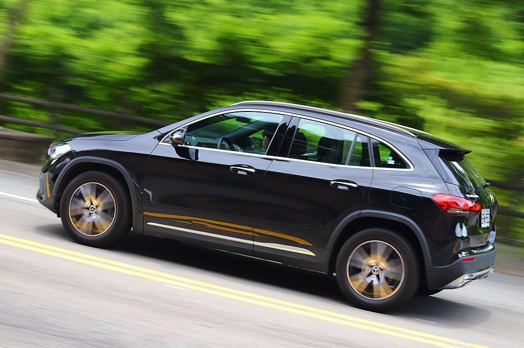 賓士GLA利用增加車高,提供後座更舒適的乘坐空間,也使車側窗戶與車門面積的比例更...