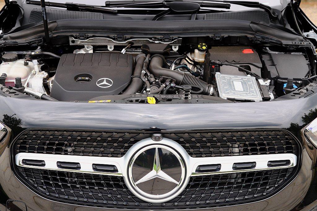 賓士GLA 180以及賓士GLA 200皆搭載新世代1.4L直列四缸渦輪增壓引擎...