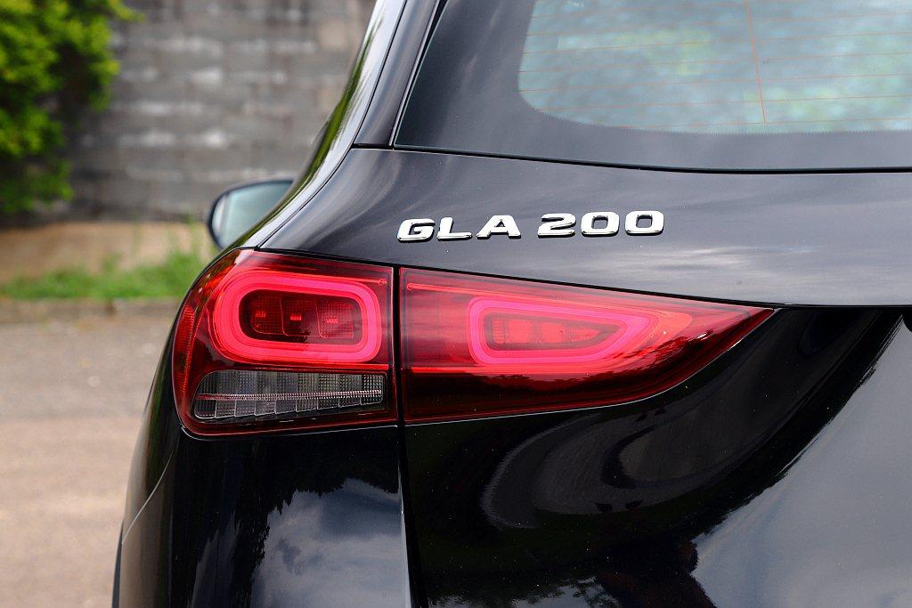 不過賓士GLA 200則有著更大的163ps最大馬力、25.5kgm峰值扭力輸出...