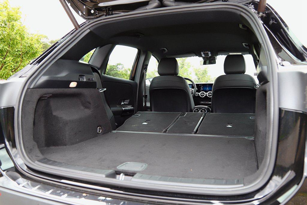 後行李廂空間就有435L容積表現,再將第二排椅背全數打平之後則可提升到1,430...