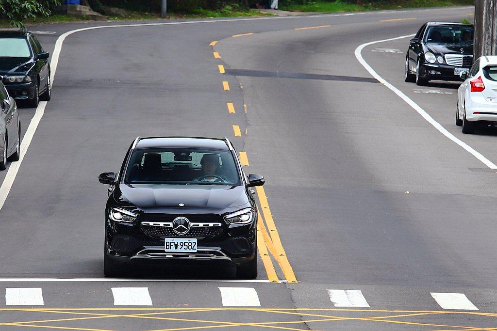 行車安全輔助科技方面台灣賓士一視同仁,NGCC都會家族全數將智慧駕駛輔助套件(2...