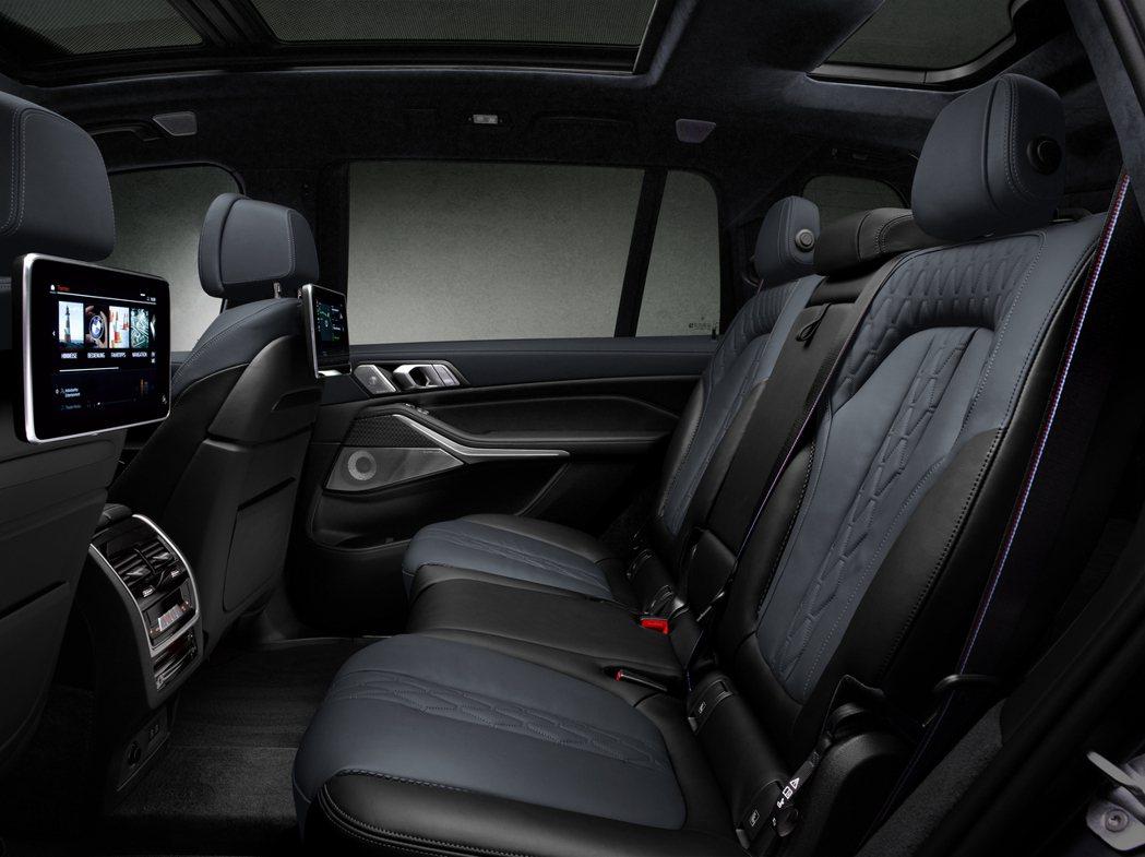 BMW X7 Dark Shadow Edition後排座椅。 摘自BMW