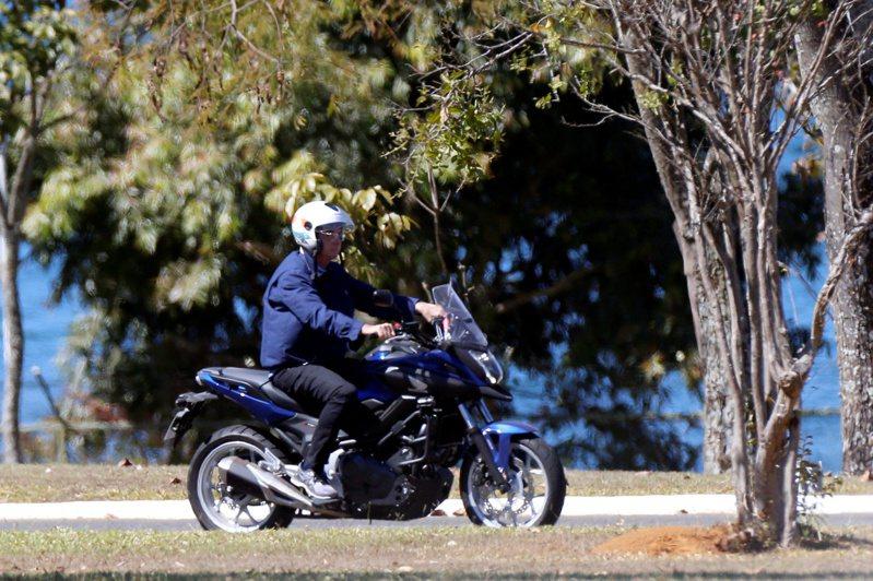 巴西總統波索納洛被拍攝到駕駛重型機車在總統府附近兜風。 路透社