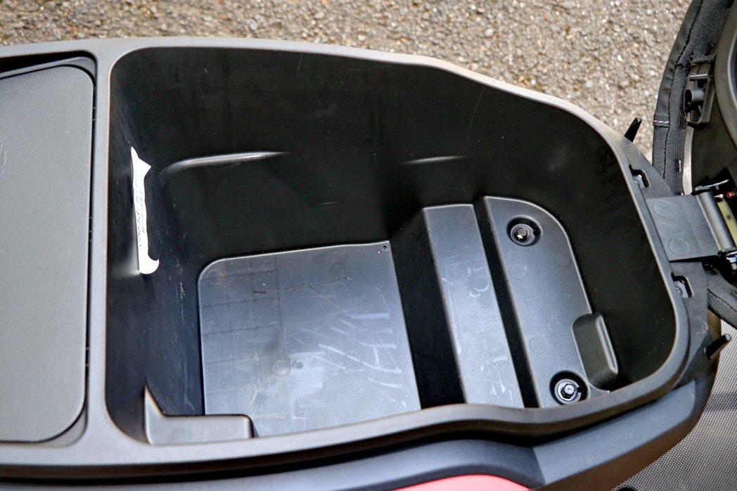 車箱空間仍可以容納一頂3/4安全帽,還能置放雨衣手套等雜物。 記者陳威任/攝影