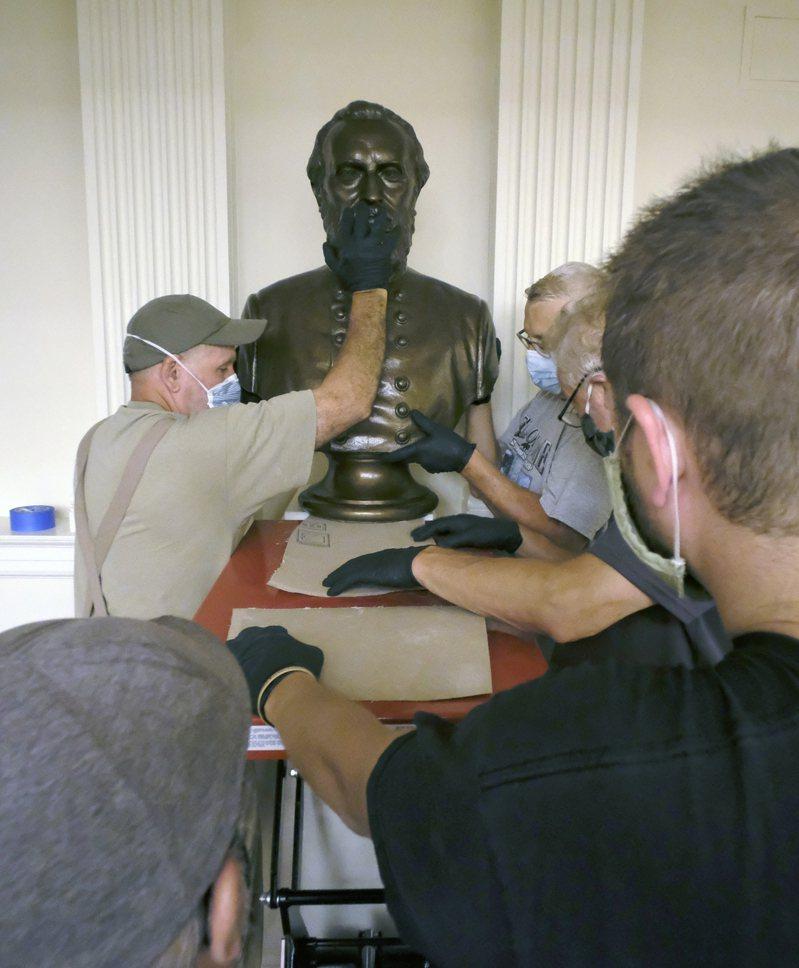 邦聯銅像惹爭議,各地方政府出奇招移除銅像 美聯社