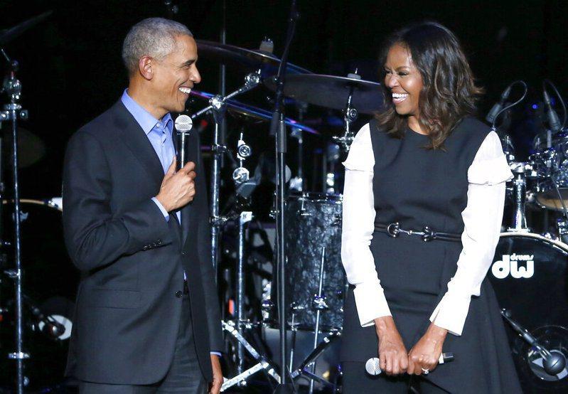 美國前第一夫人蜜雪兒.歐巴馬的線上廣播Podcast節目29日開播,第一集來賓不出所料是她結婚27年的另一半、美國第44任總統歐巴馬,兩人在節目中親密鬥嘴。美聯社資料照