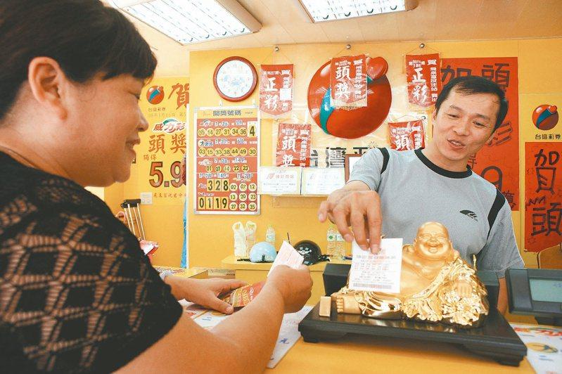 飛來富彩券行老板蔡天富(右)賣的是希望和快樂。經濟日報記者陳立凱/攝影