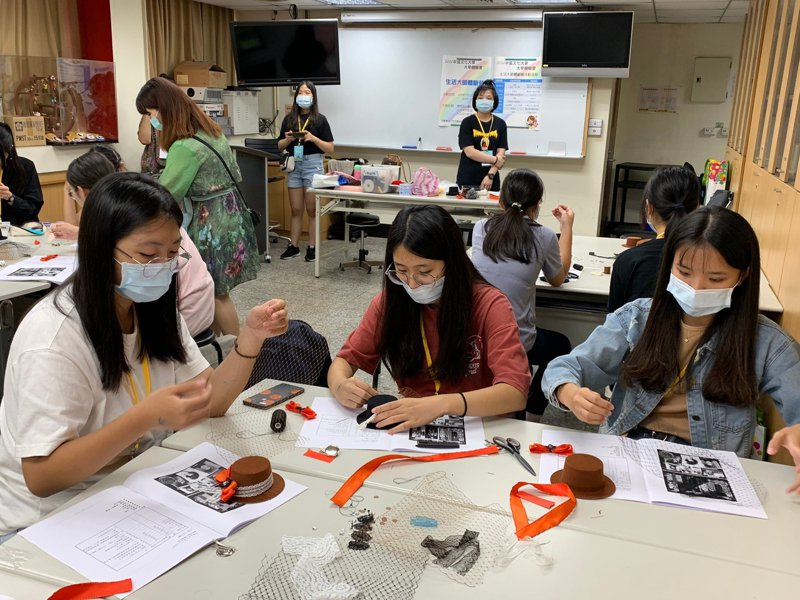 文化大學生活應用科學系舉辦生活大師體驗營,邀高中生玩烘焙,並認識法式禮帽。圖/文化大學提供
