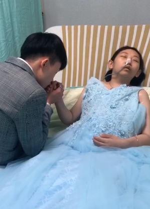 一名25歲洪姓女子罹患乳癌末期,渴望見20年來不曾謀面的母親最後一面,洪女親友拍...