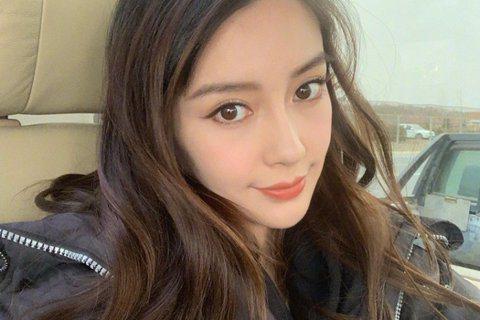 Angelababy於2015年嫁給黃曉明,並於2017年生下兒子「小海綿」,她時常在自己的微博擺上許多新奇影片,近期又秀出衝浪影片,卻惹來酸民發言,看似稱讚她,卻不忘暗酸她演技差,「她真的是,除了...