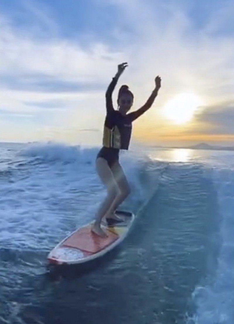 Angelababy秀出衝浪影片。圖/摘自微博