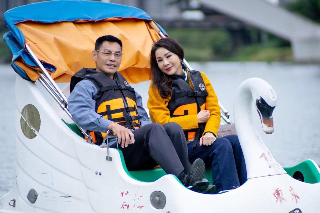 陳美鳳(右)、夏靖庭為「三春記」拍攝踩天鵝船約會戲。圖/民視提供