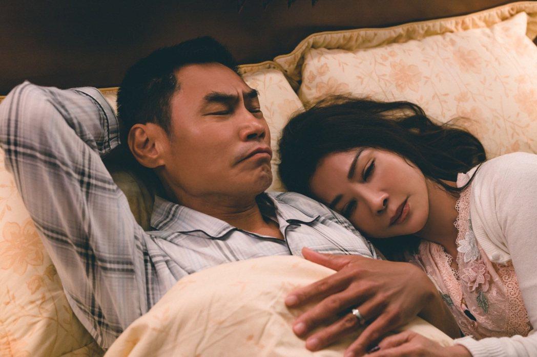 陳美鳳(右)演出「三春記」飆演技,和飾演老公的夏靖庭親密戲不少。圖/民視提供