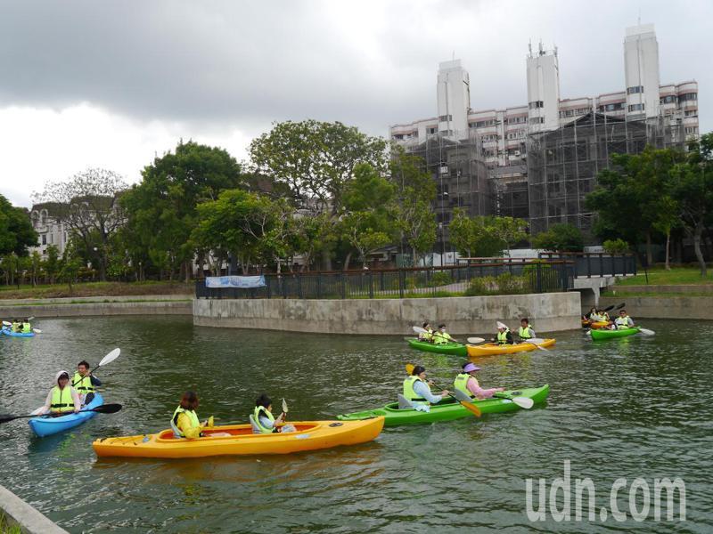台中市連續6年舉辦獨木舟體驗營,往年都在大里康橋水岸公園,今年首度移師到豐原軟埤仔溪舉辦,吸引近900位民眾參與。記者余采瀅/攝影